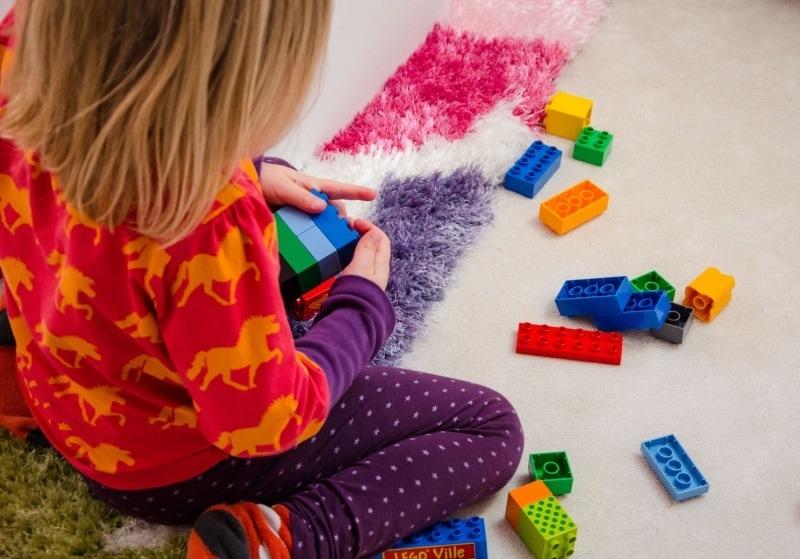Lilli spielt mit Lego