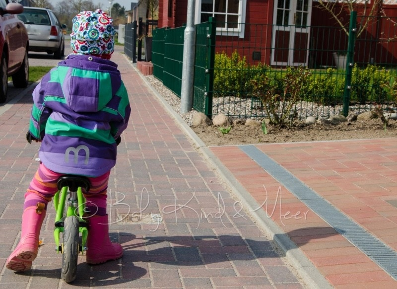 Lotte fährt Laufrad