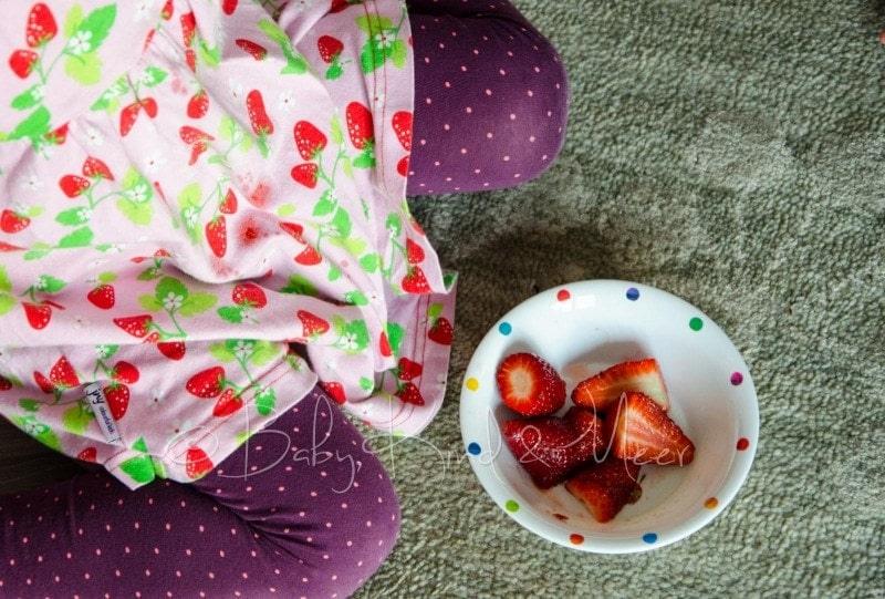 Lotte futtert Erdbeeren