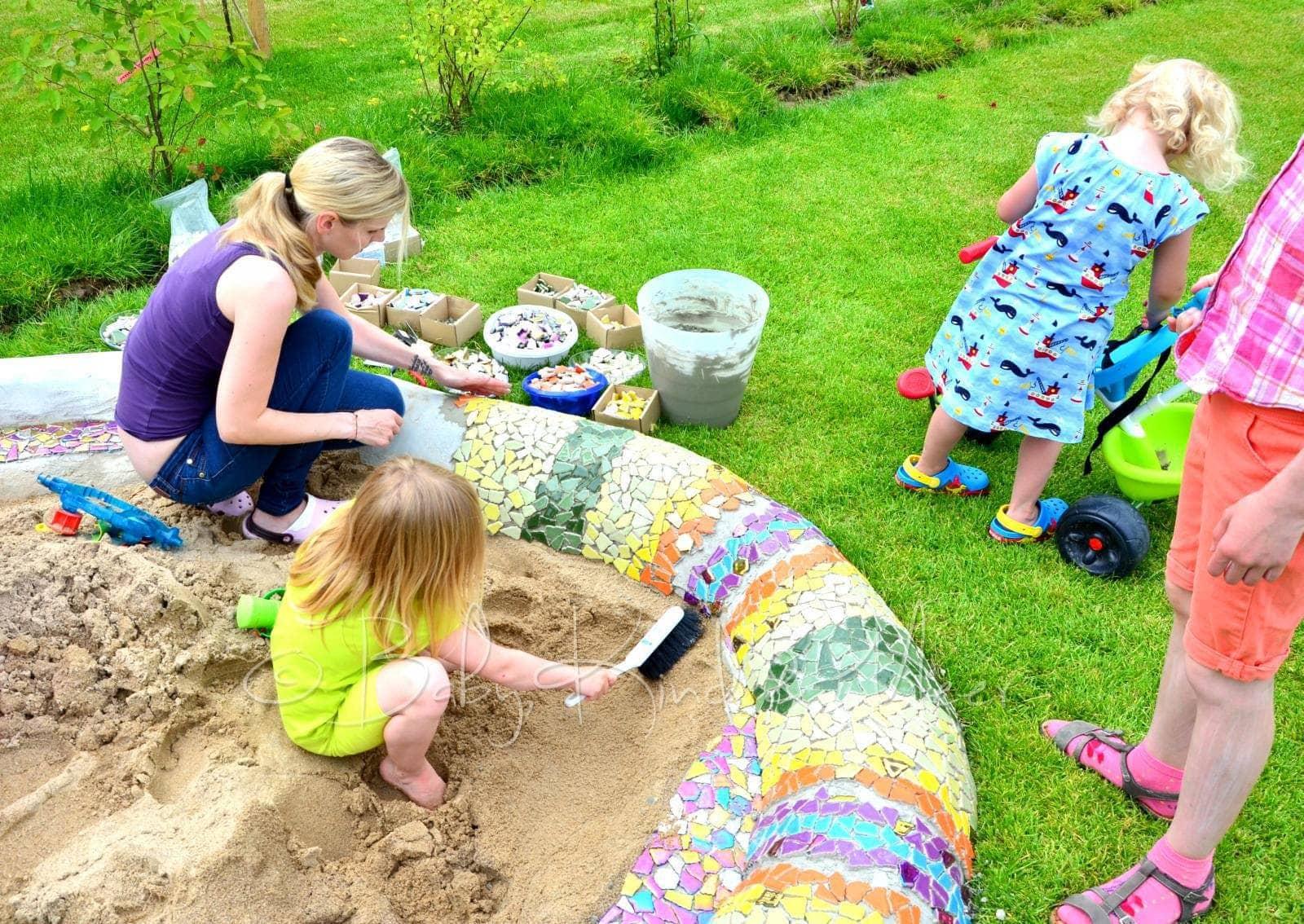 eine mosaik schlange als sandkasten hausbau garten do. Black Bedroom Furniture Sets. Home Design Ideas