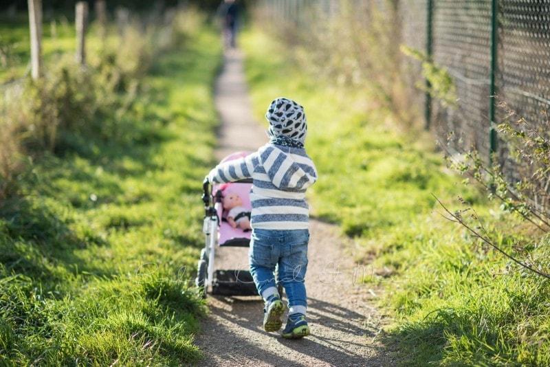 Spaziergang Mit Puppenwagen 1