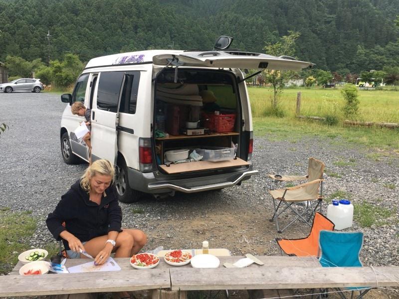 Familie auf Weltreise Japan mit dem Camper Essen
